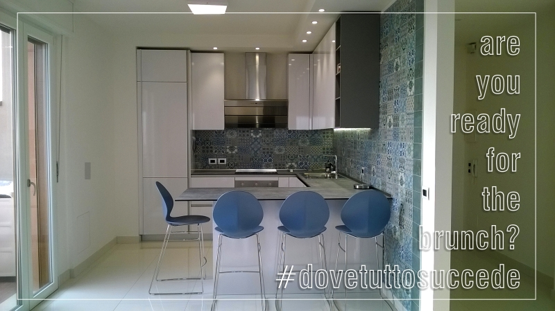 cucina way snaidero bianco lucido pensili alti azulejos arredamenti imola abitare sgabelli penisola