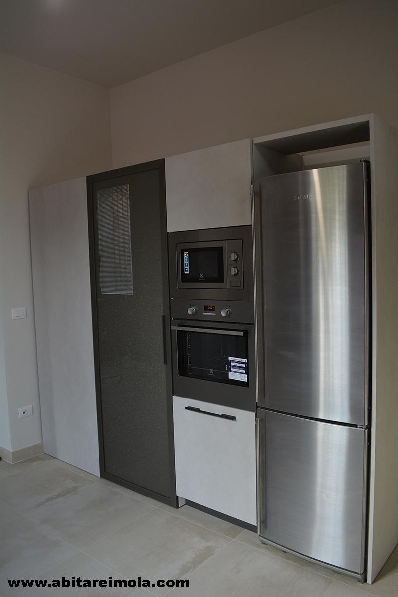 Cucina sotto finestra in mansarda open space arredamenti - Cucine con frigo esterno ...