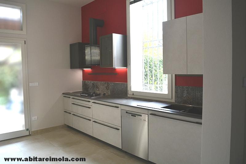 Cucina sotto finestra in mansarda open space arredamenti abitare imola - Cucine sotto finestra ...