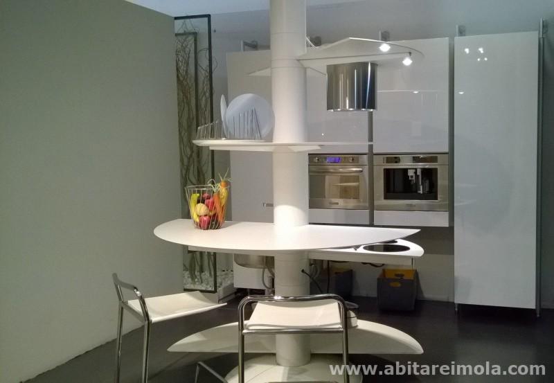 cucina isola tonda bianca piano bianco forno vapore laccato design moderna startup imola