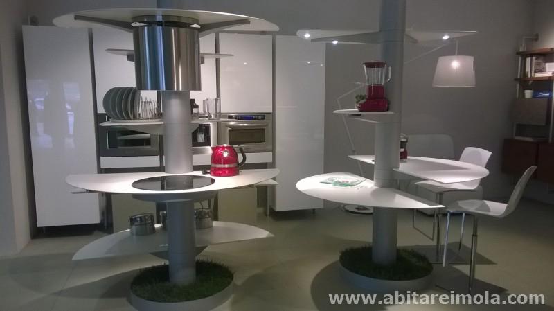 cucina disabile handicap innovazione italiana tecnologia meccanica cucine imola arredamento bianca isola salone del mobile milano