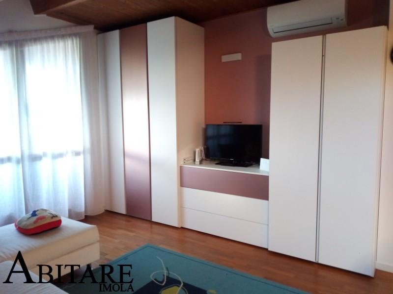 armadio senza maniglia rosa interior design cameretta abitare arredamento interni bologna metalizzato angolo tv mansarda sottotetto
