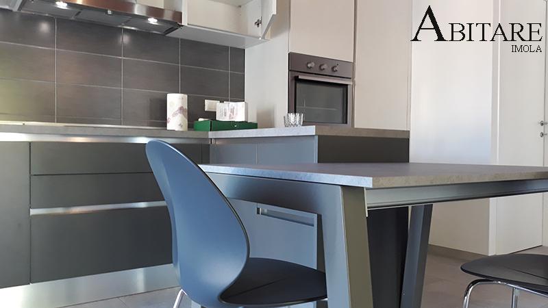 arredare casa imola cucina senza maniglia cucine moderna antracite tavolo sedie calligaris grigio bologna fontanelice casal fiumanese cappa integrata luci led