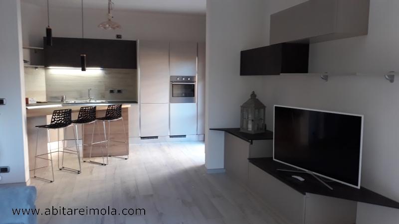arredare casa open space cucina con angolo cottura mobile tv soggiorno reda imola bologna provincia senza maniglia oikos resina cucine mobili