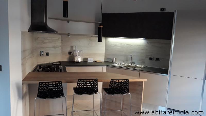 arredare casa stile piano snak hpl cucina moderna resina oikos cucine imola bologna faenza castel bolognese kitchen cappa elica sweet angolo cottura open space