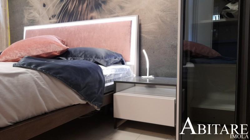 camera da letto matrimoniale letto velluto rosa comodino piedini sospeso