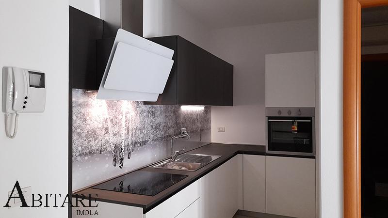 cucina bianca pensili antracite senza maniglia colonna forno cappa arredo arredare casa home adore interior design bologna castel san pietro toscanella dozza