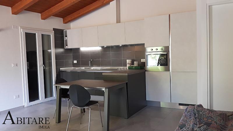cucina lineare senza maniglia gola penisola e tavolo arredare casa mobilifcio arredamento bologna reda faenza bagnara cucine componibili