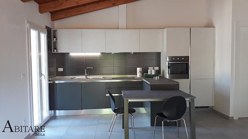 interior design arredamento arredare casa faenza cucina antracite pensisola e tavolo forno in colonna pensili led antracite grigio effetto cemento