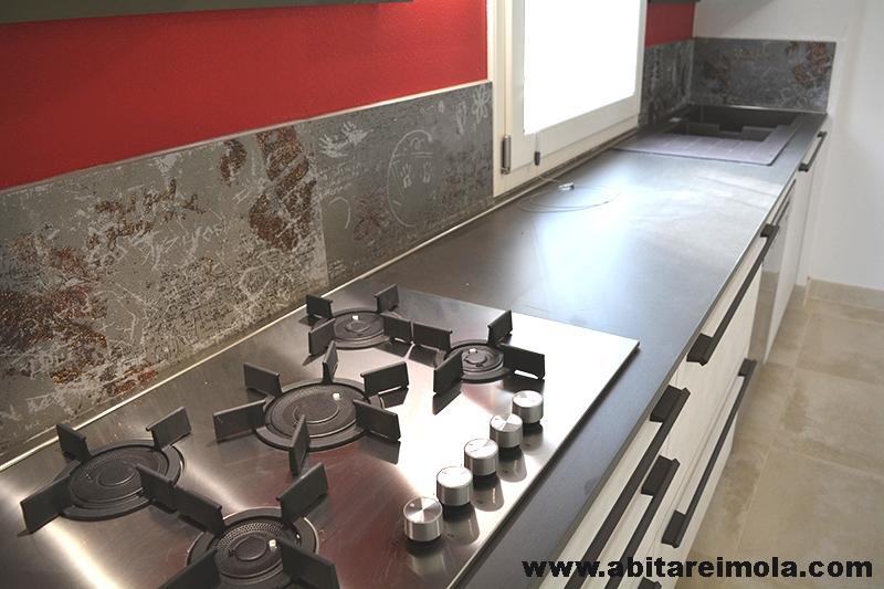 cucina sotto finestra in mansarda open space - Arredamenti abitare imola