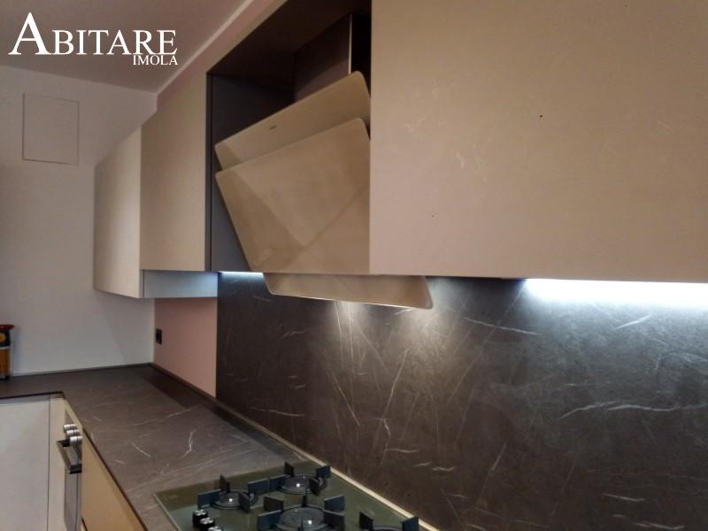 piano schienale stratificato hpl alabastro venature marmo marmorizzato cucina cuine senza maniglia snaidero imola castel bolognese reda faenza imola bologna piano cottura gas direct flame