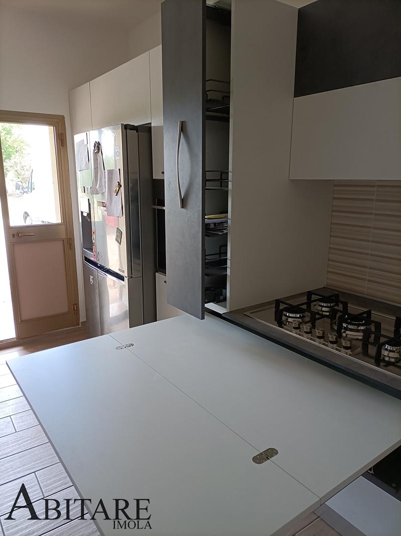 tavolo estraibile in cucina moderna effetto cemento antracite top hpl cappa nel pensile imola arredamento cucina abitare